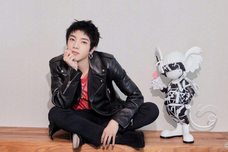 華晨宇的「新世界NEW World」專輯是暌違3年的心血之作,延續去年他參與「歌手—當打之年」冠軍氣勢,專輯中的多首曲目包括「鬥牛」、「七重人格」級同名主打歌「新世界」,早已搶先在節目上演出,充滿戲...