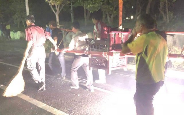 「送肉粽」為台灣民間傳統的除煞儀式,請法師將輕生者的亡魂和煞氣送至海邊。圖/聯合報系資料照片