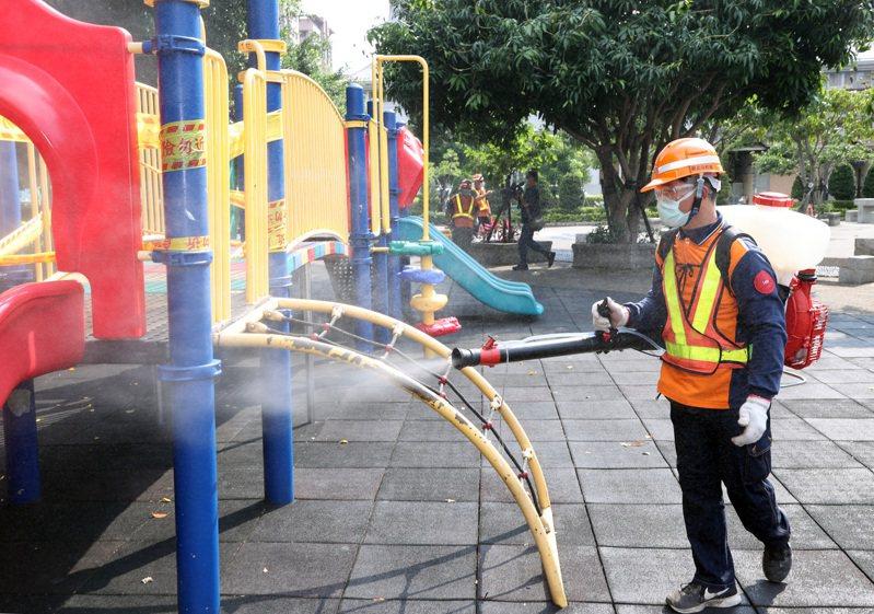 由於出現社區感染,新北市環保局開始擴大對各公共場域消毒。記者曾吉松/攝影