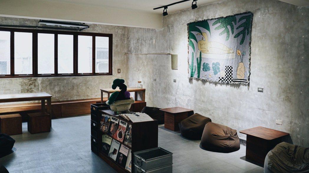 生地餅舖二樓座位區,桌距寬敞,擺放許多日本雜誌。 圖/沈佩臻攝影