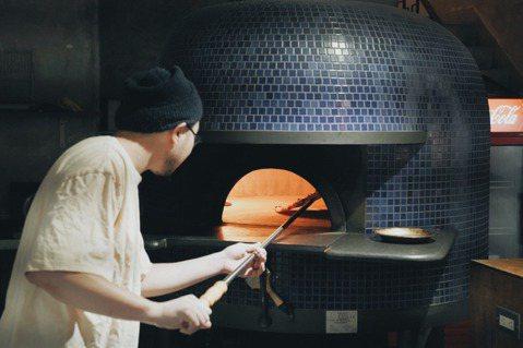 開始營業後,窯床加熱1小時、高溫達450度,一把放進披薩,只需90秒就能出爐上桌...
