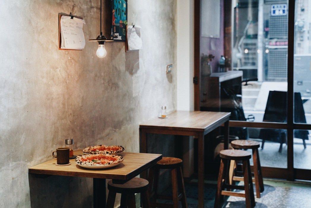 生地餅舖空間簡約,從店名到收藏乘載著老闆大淵的個人風格。 圖/沈佩臻攝影