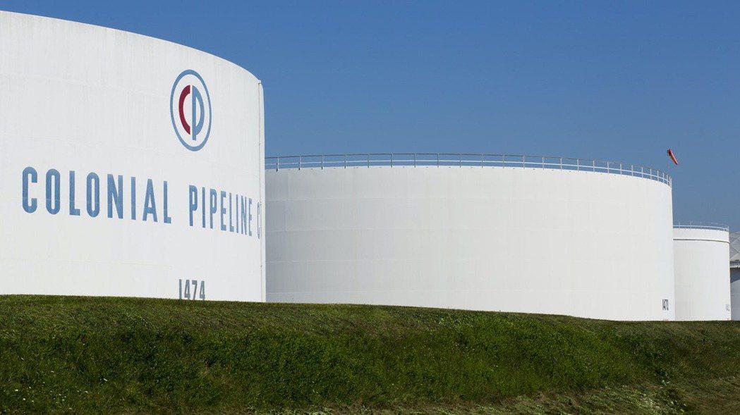 圖為新澤西州「殖民管線」的貯油槽。(路透)