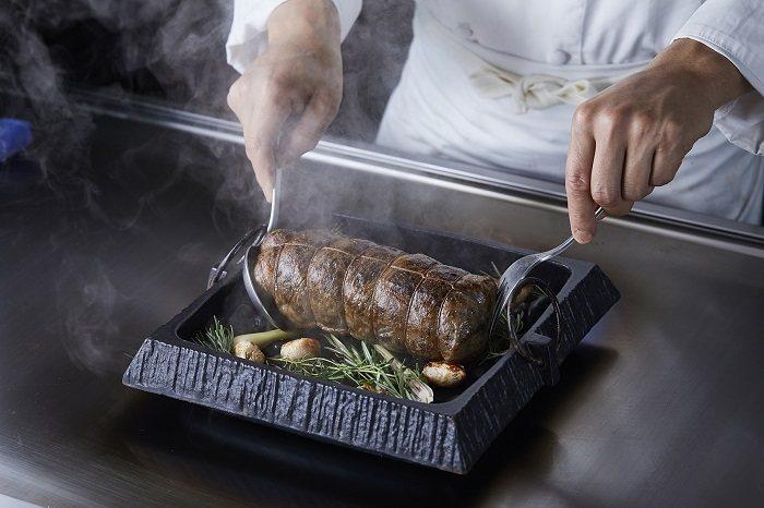 Ukai-tei鐵板燒_「香烤台南水鹿」成為新菜亮點,主廚展現巧思將富有嚼勁的里...