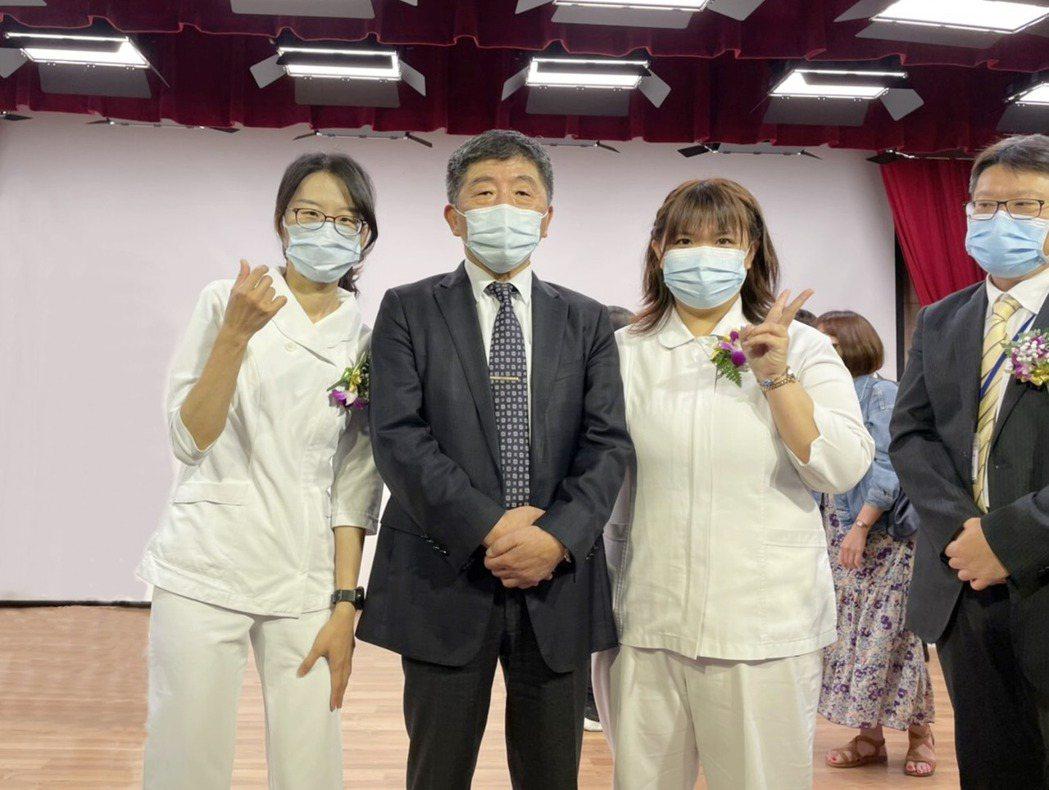 衛生福利部陳時中部長與胸腔病院獲獎護理人員合影。 胸腔病院/提供。