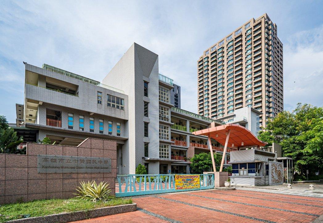 七賢國中除位在高雄美術館園區,近年來升學績效更有目共睹,吸引許多家庭客指名鄰近學...