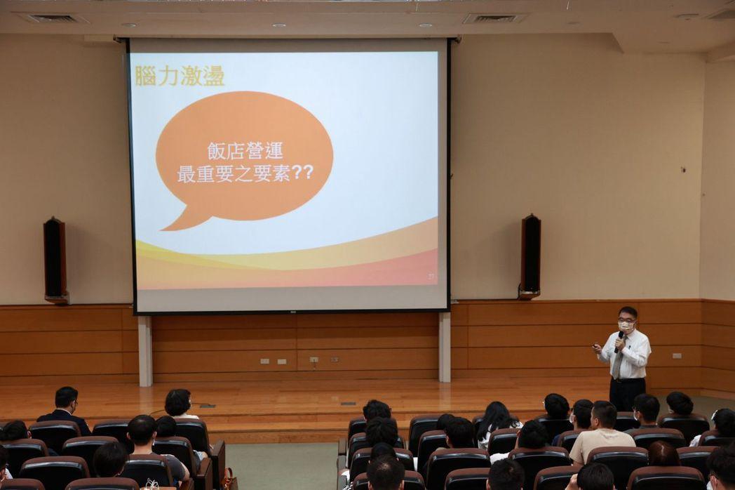 墾丁福華飯店總經理張積光受邀高大卓越講座,分享職場哲學。 高大/提供