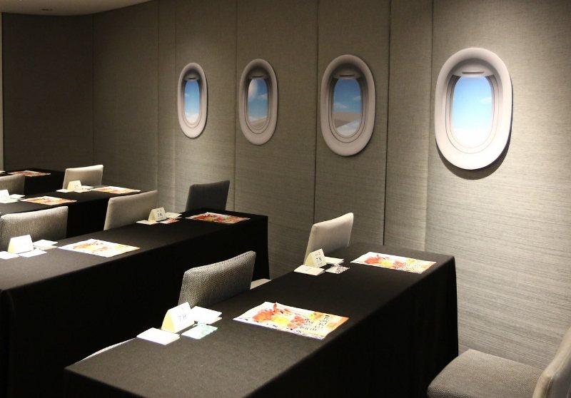 飯店實景重現飛機機艙及機場通關門,讓專案房客擁有更真實旅遊感受。  業者/提供