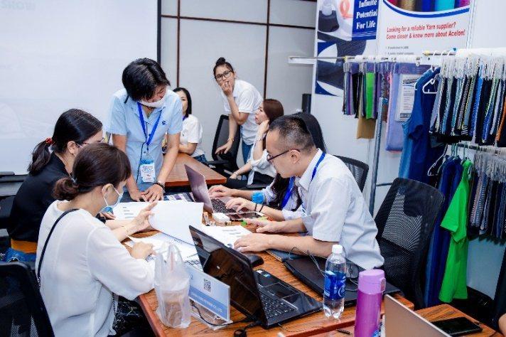 臺灣參展商駐越南代表於現場接待買主。 紡拓會/提供