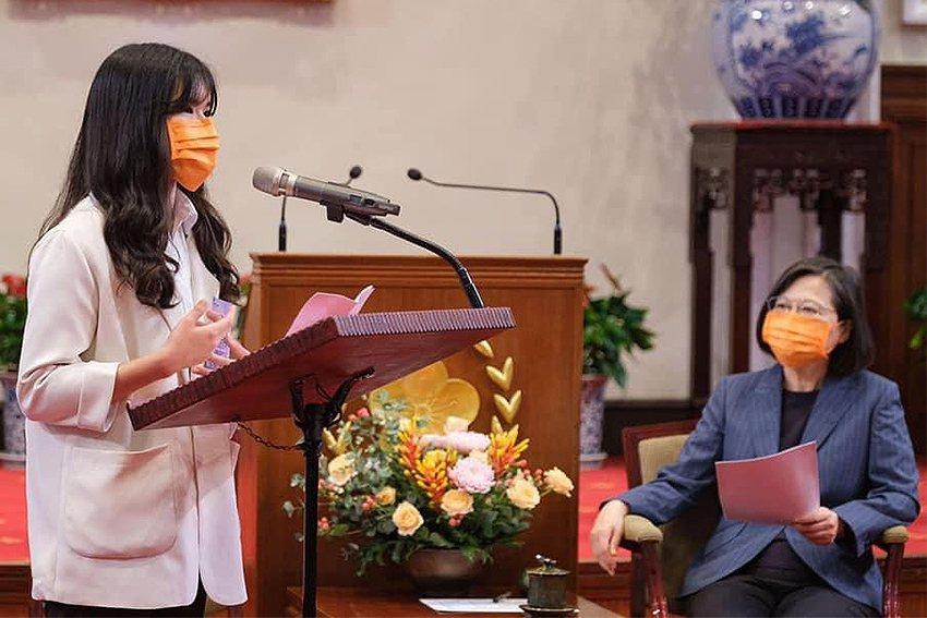 中央大學土木系曾靖琇同學在總統府擔任獲獎學生的致詞代表。 中央大學/提供