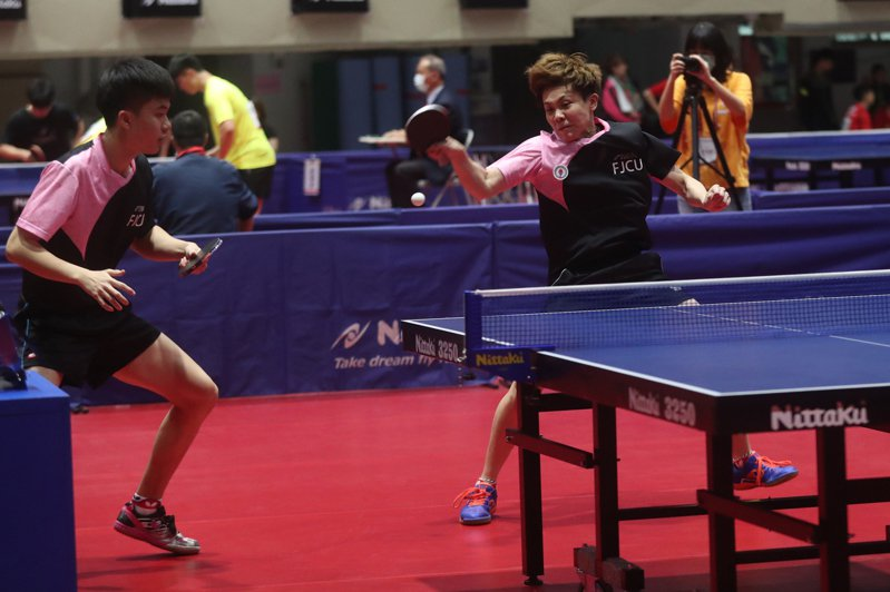 輔仁大學桌球好手鄭怡靜(右)、林昀儒(左)11日在110全國大專校院運動會桌球混雙金牌戰,以3比1擊敗台北市大對手,奪得冠軍。 中央社