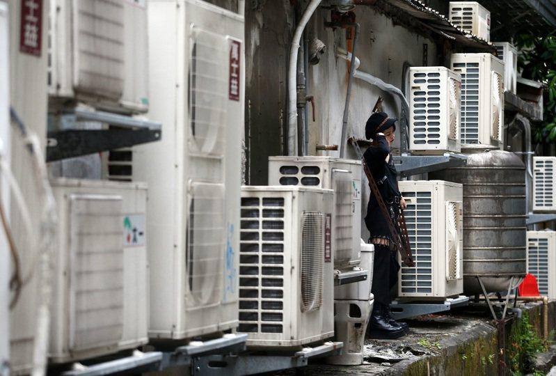 西南風沉降影響,北北基桃、花東等14縣市預估有攝氏36度以上高溫。 報系資料照/記者林澔一攝影