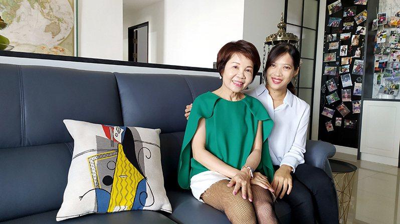 (圖/歐德設計師李君旋(右)為超馬媽媽邱淑容(左)打安全健康無障礙幸福宅。)