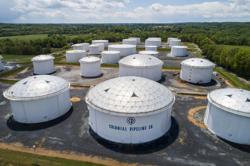 美國「殖民管線」公司營運的美東最大輸油管遭勒贖軟體攻擊,從七日停擺至今。圖為該公司位於美國馬里蘭州儲油槽。(歐新社)