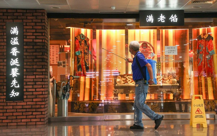 指揮中心昨天公布,案一一八七曾於五月四日到餡老滿南港店用餐,該店隨即消毒關店一日...