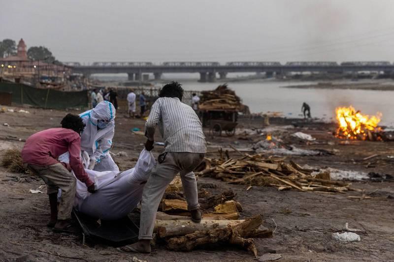 印度疫情持續惡化,當地官員10日表示有數十名被認為是新冠肺炎亡者的屍體被衝上北部恆河河岸,由於目前疫情已迅速蔓延到農村腹地,當地衛生設施、火葬場和墓地不堪重負,有當地民眾懷疑,是火葬場處理不完大量遺體,才選擇丟入恆河。路透