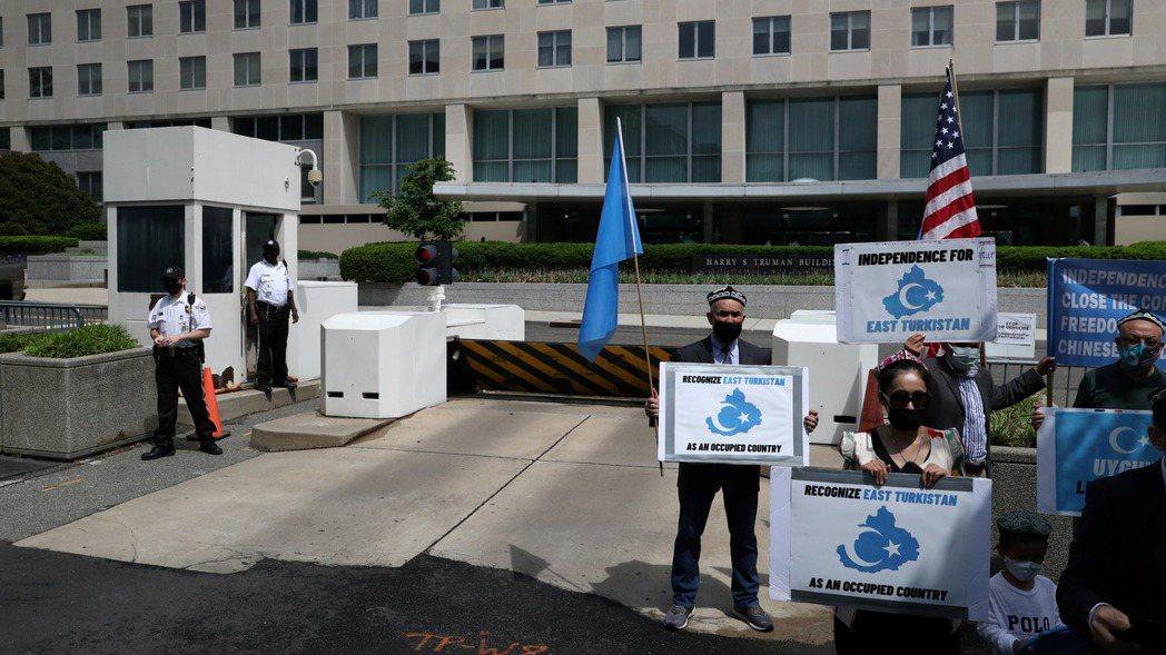 示威者2021年5月在美國國務院外抗議中國大陸打壓維吾爾族。美聯社