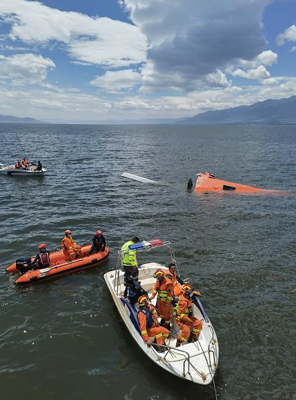雲南大理直升機墜入洱海,4名機組人員不幸遇難。澎湃新聞