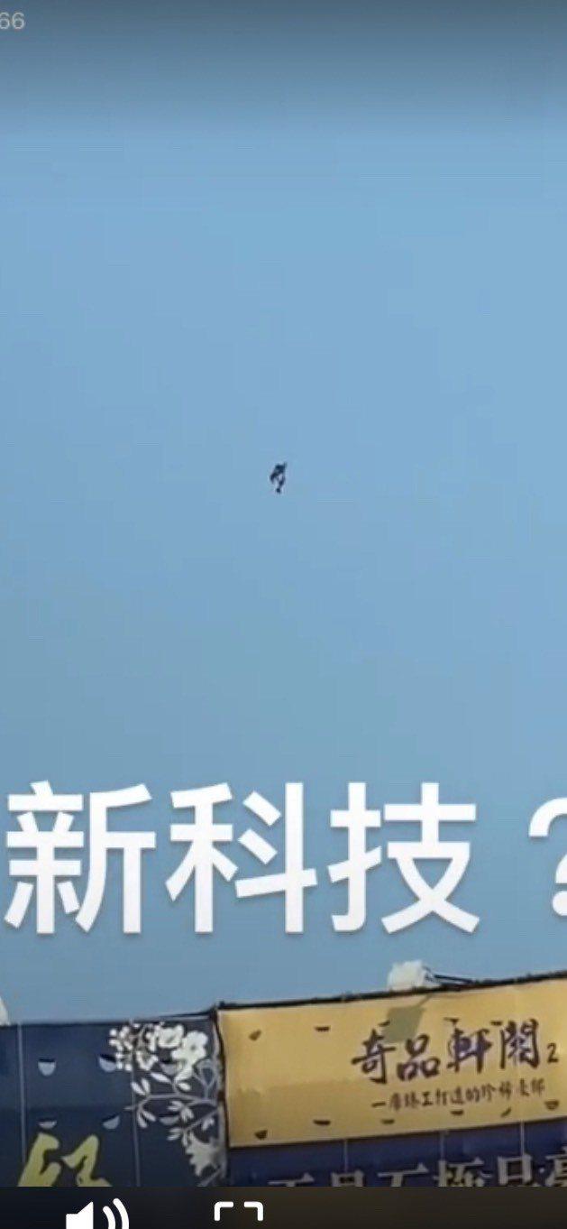 有民眾在台中拍下有人穿上「噴射背包」飛上天,宛如電影中的鋼鐵人。圖/截自抖音six_lin666