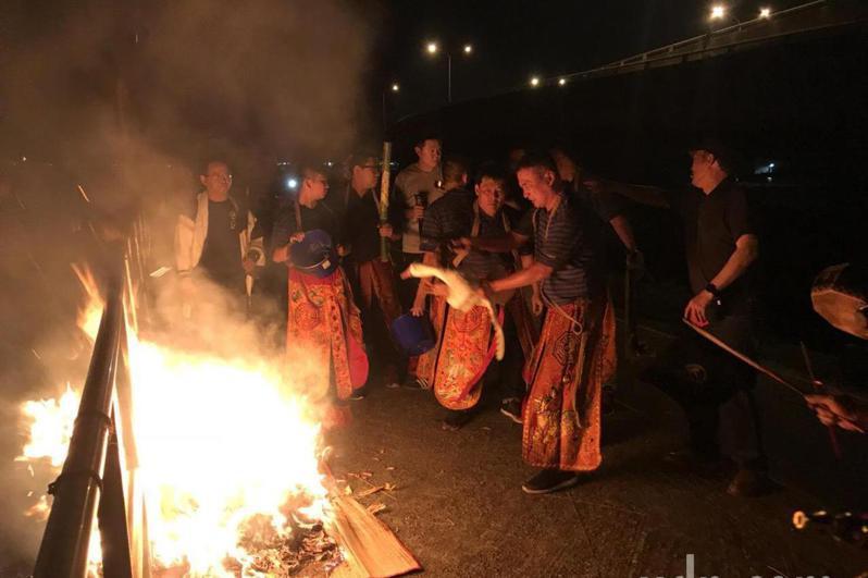 彰化縣福興鄉秀厝村今天晚上將有送肉粽儀式,原本路線往山上引起居民反彈。報系資料照
