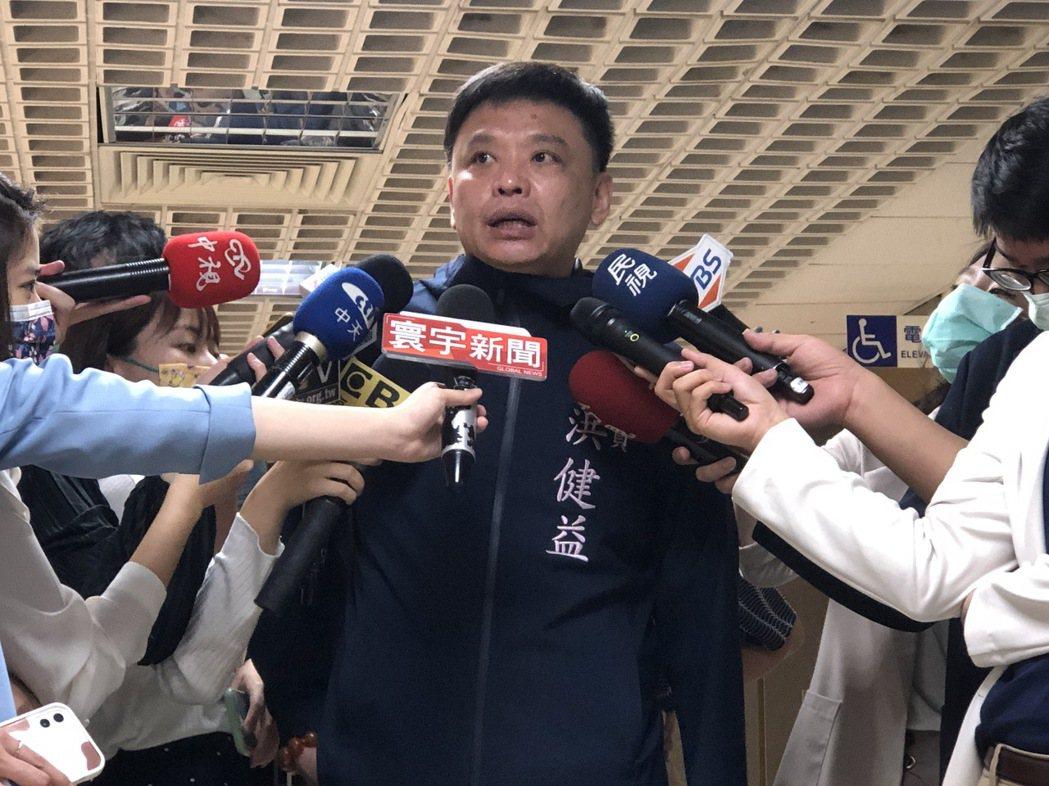 北市議員洪健益說,因為陳佩琪是醫護人員,才會在議會問起是否施打疫苗,也說蔡總統是...