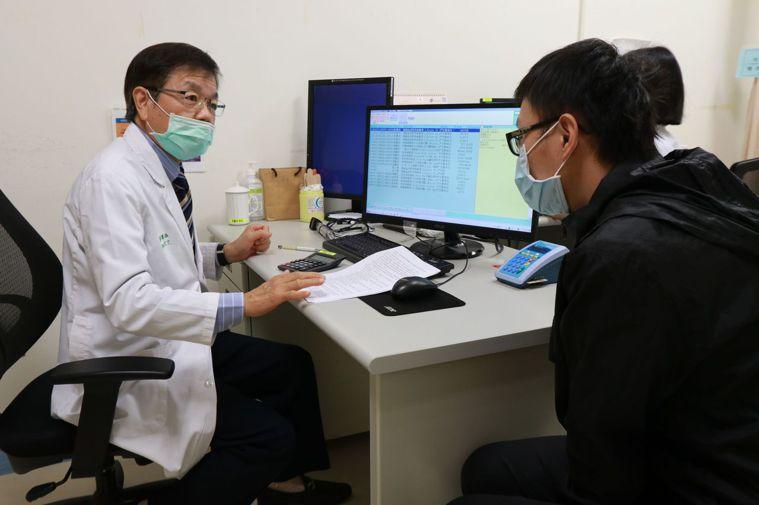 醫師彭慶添(左)建議,地中海貧血中重度患者好好遵照專科醫師醫囑,也能和正常人一樣...