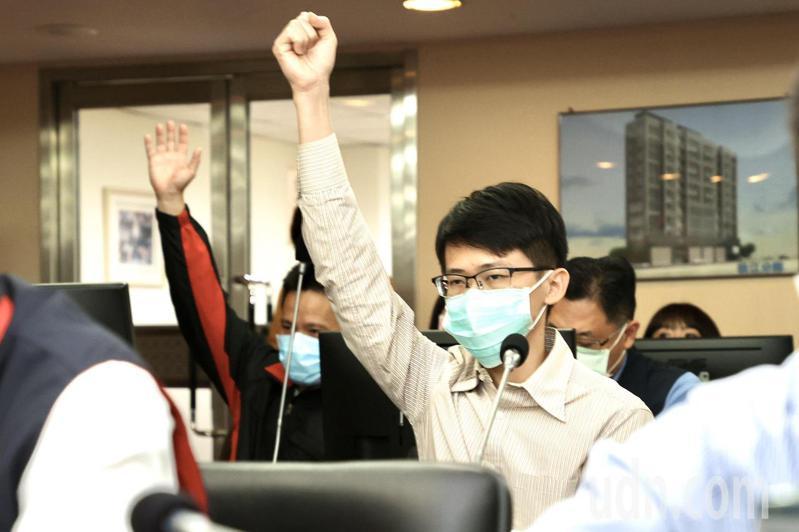 松山分局正、副派出所長許書桓(右)及顏敏森(左)日前赴北市議會警政衛生委員會專案報告。本報資料照片