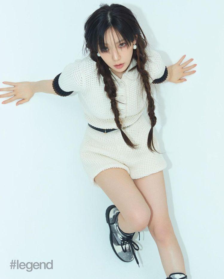 太妍在雜誌拍攝時時而綁上馬尾、高筒靴和短褲,展現鄰家女孩活力。圖 / 翻攝自ig...