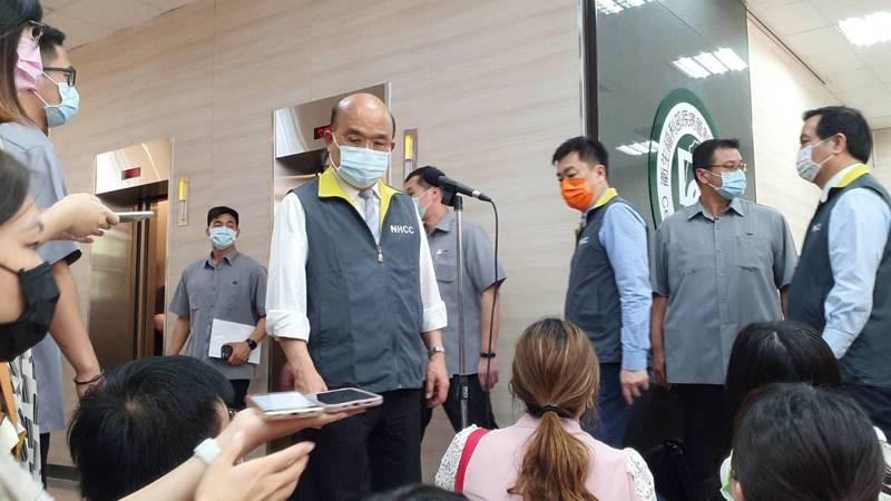 行政院長蘇貞昌今天上午視察指揮中心,由指揮中心指揮官陳時中陪同,並向華航打氣。 記者楊雅棠/攝影