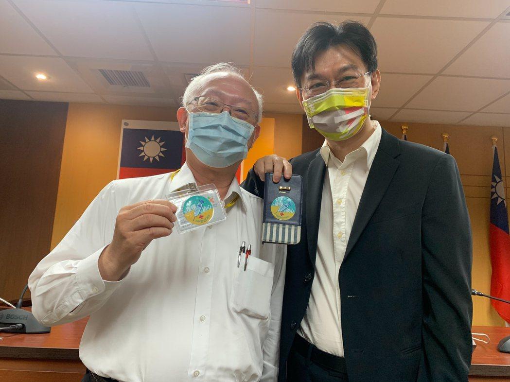 高雄市衛生局長黃志中(左)與新聞局長董建宏(右),都已接種AZ疫苗,鼓勵大家接種...
