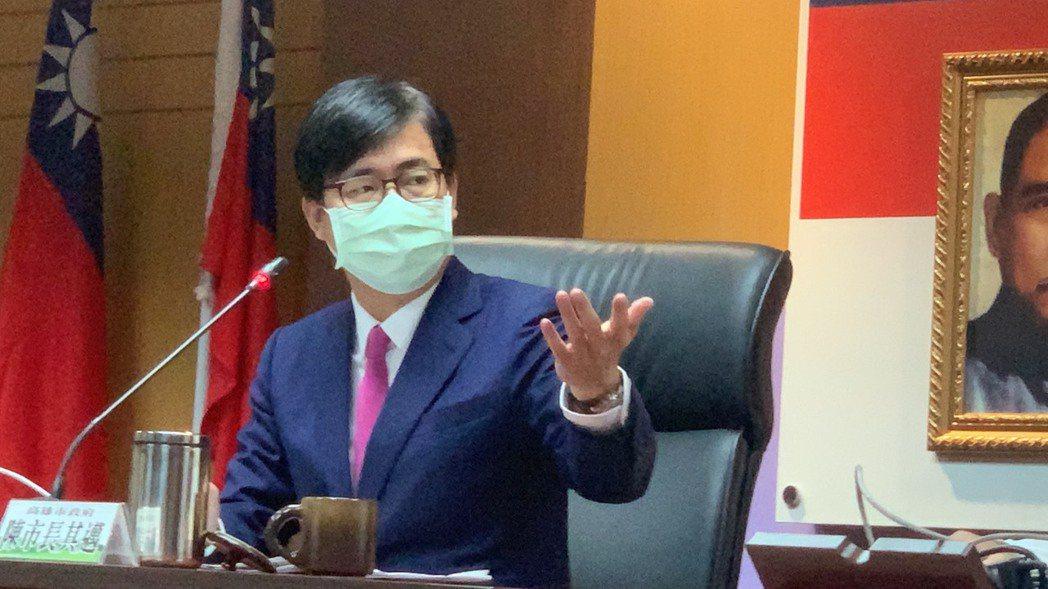 高雄市長陳其邁表示,責成衛生局跟各局處盤點秋冬專案跟部桃專案的防疫措施,同步調升...