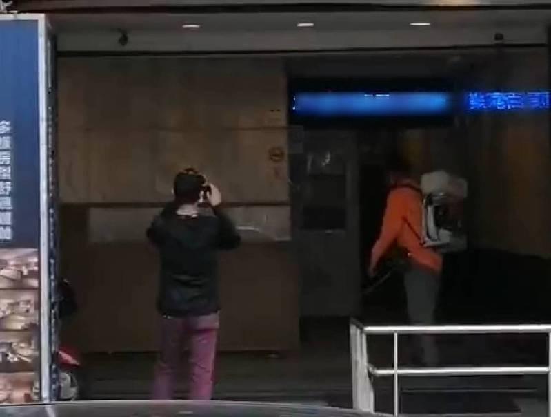 宜蘭驚傳有兩名電子遊藝場員工確診,整棟大樓全面進行消毒,匡列30餘人篩檢中。圖/讀者提供