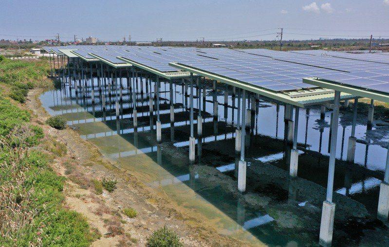 為了達成2025年4GW的綠能發電目標,4702公頃較無社會及生態一律先行區露天魚塭優先推動;並盤點130場、229公頃室內養殖場架設屋頂行太陽能,提供優惠貸款。本報資料照片