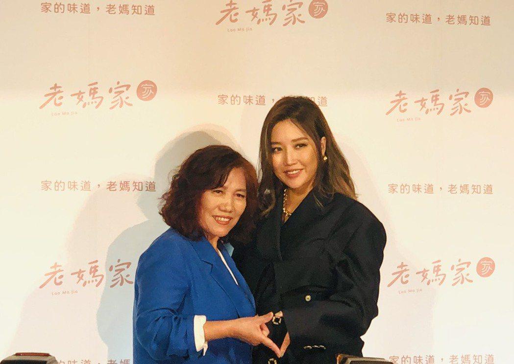 A-Lin(右)與媽媽一起出席記者會。記者許晉榮/攝影