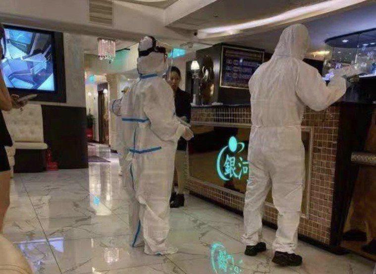 宜蘭傳出5名確診案例,店家展開防疫消毒。 圖/讀者提供