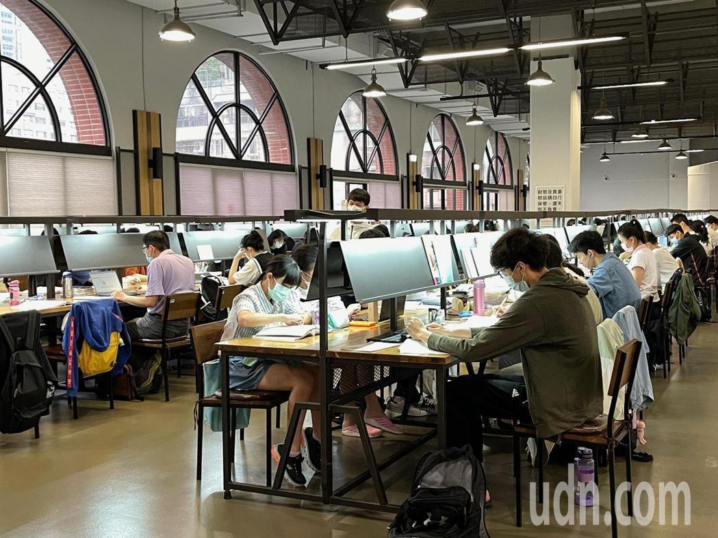 國中教育會考將於5月15日及16日登場,學生在圖書館內最後衝刺。本報資料照片,記...