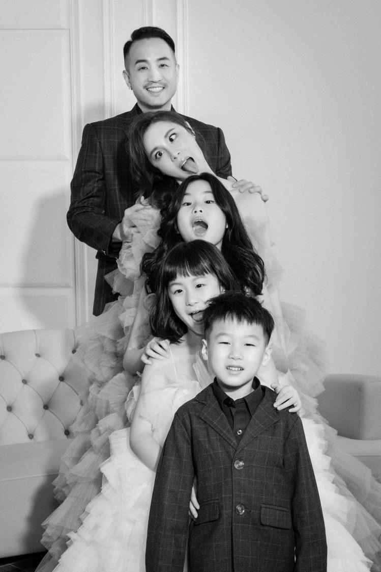 男星唐志中(Jason)和老婆小咪慶祝結婚十週年,帶三個還子一起拍攝全家福。圖/...