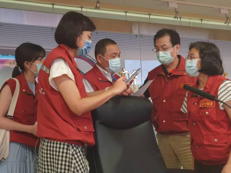 侯友宜(中)宣布這次新北市感染案例已是社區感染的開始。記者李成蔭/攝影