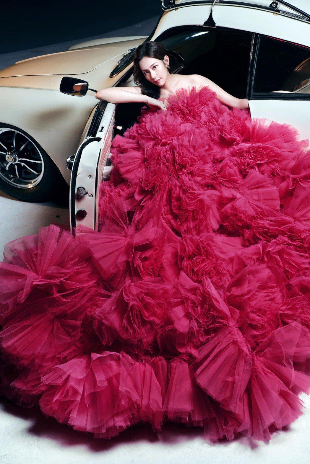 女星丁巧唯婚紗照充滿電影風。圖/摘自臉書