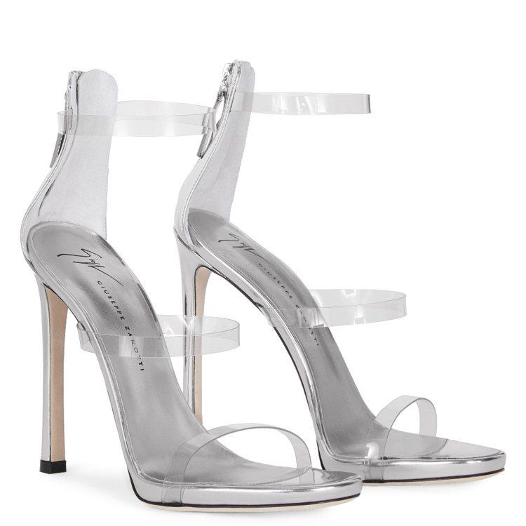 舒淇穿的早秋系列Harmony Plexi,把三條細繫帶改以透明塑料製成,穿在腳...