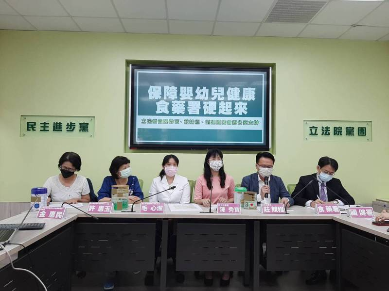 今日立委陳秀寶和莊競程召開記者會,呼籲相關部會把關成長奶粉的配方標示。記者郭琇真/攝影