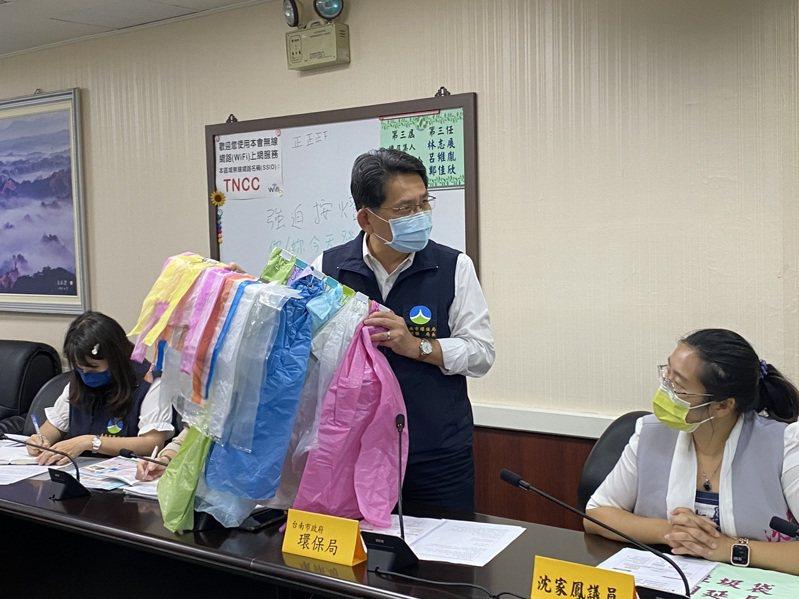 台南市環保局長謝世傑指出,一般市售垃圾袋都是半透明或透明,並不會受新政策影響。記者鄭維真/攝影