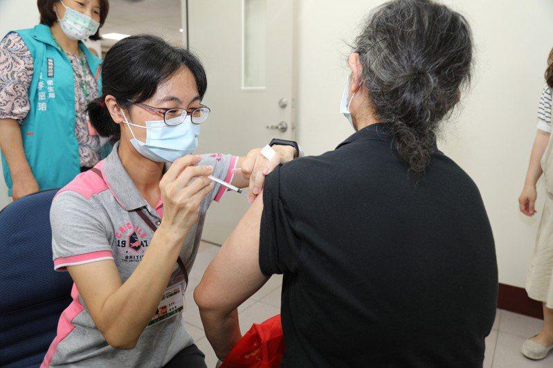 嘉義縣15鄉鎮市衛生所施打AZ公費 疫苗。圖/嘉縣府提供