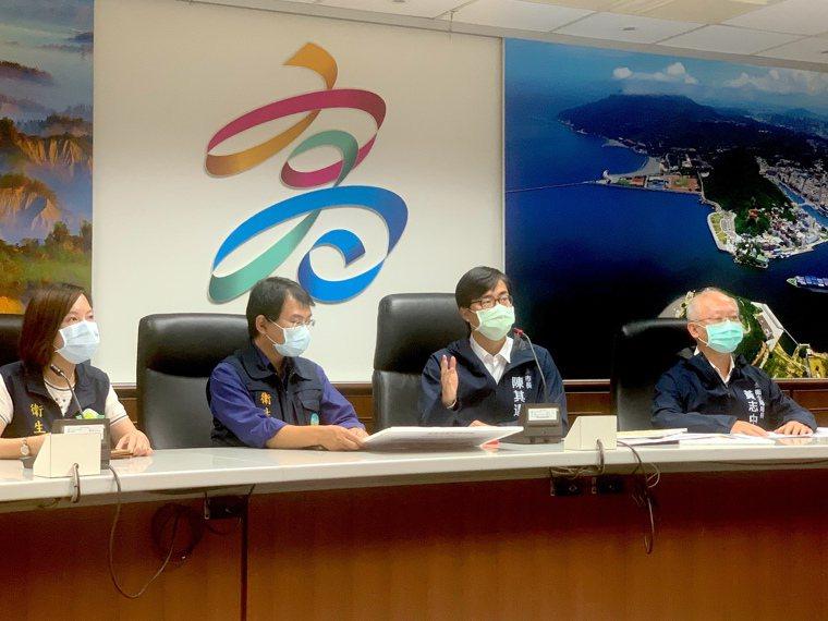 高雄市長陳其邁(右二)宣布醫院及長照機構防疫加嚴十大措施,6月8日前停止辦理跨縣...