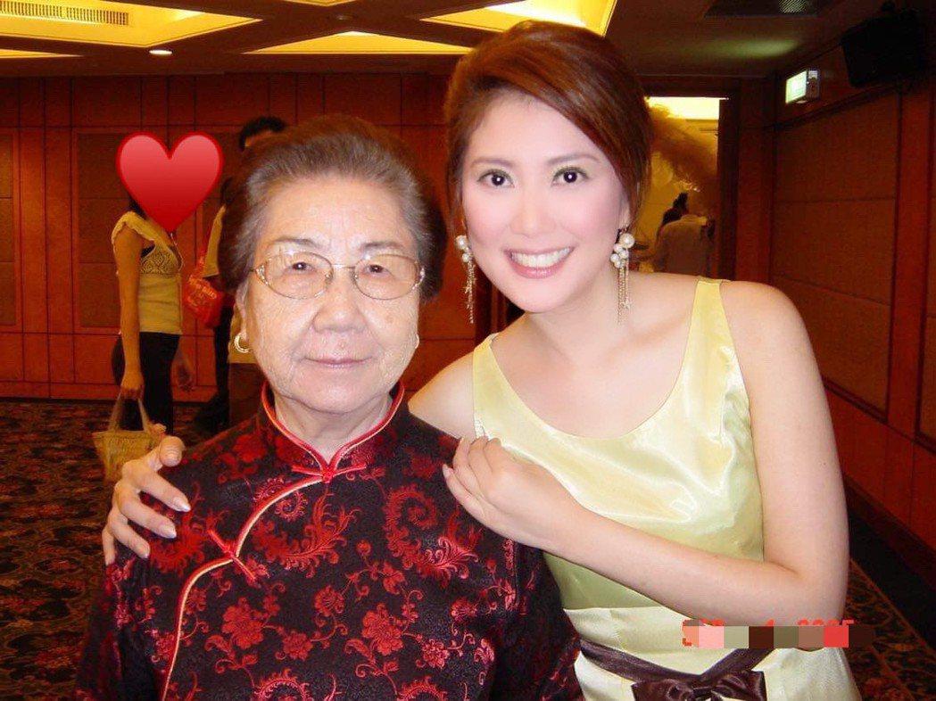 薛楷莉(右)與外婆感情深厚。圖/薛楷莉提供