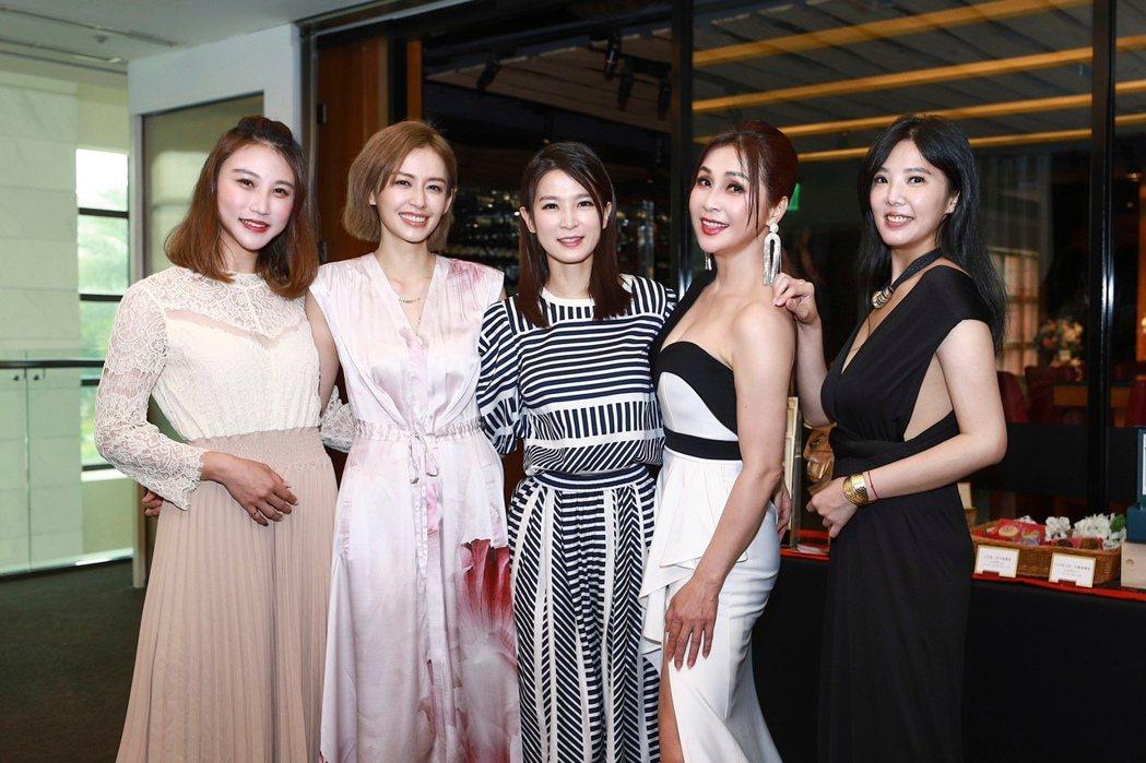 顧子歆(左起)、袁艾菲、楚宣、梁佑南、葉華為新戲「日蝕遊戲」宣傳。圖/民視提供