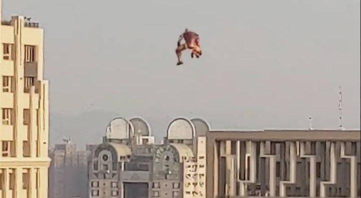 有網友昨天在社群軟體抖音上傳一段影片,影片中疑有不明人士使用飛行背包,不過警方並未接獲報案,有網友稱只是鋼鐵人的造型氣球。圖/摘自臉書中央社新聞粉絲團