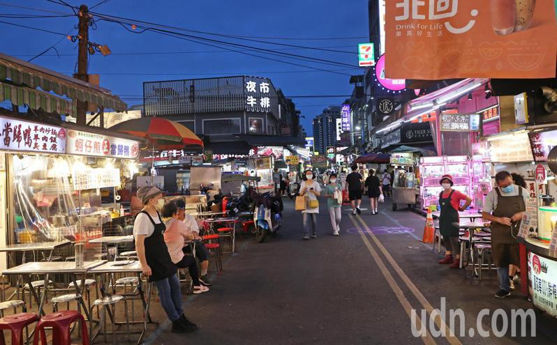 宜蘭羅東發生群聚事件讓疫情升溫,宜蘭羅東夜市今晚入夜後人潮減少,一位商家站在路旁等候客人。記者潘俊宏/攝影