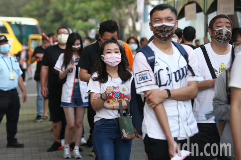 近期台灣疫情升溫,一名網友不滿發文,指出政治人物不自我檢討反而檢討民眾「螺絲鬆了」。記者劉學聖/攝影
