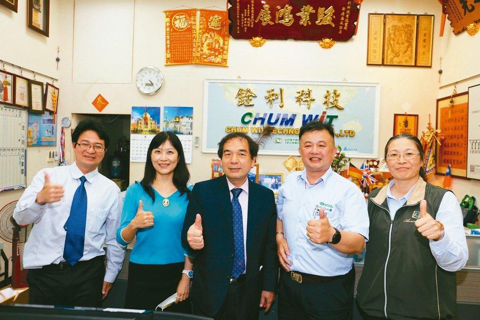 勤益科大公共關係主任游信強(左起)、創辦人辦公室主任吳雅玲、校長陳文淵、銓利科技...